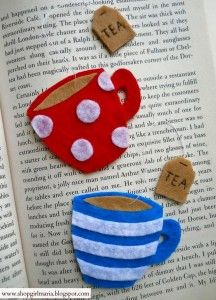 Felt teacup bookmark available on her etsy shop Fabric Crafts, Sewing Crafts, Sewing Projects, Craft Projects, Felt Bookmark, Diy Bookmarks, Creation Couture, Felt Patterns, Felt Diy