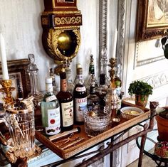 The secret to the Holidays is a well-stocked bar! Get tips and tricks for creating your own ultimate home bar for the holidays, from Indeed Decor. Bar Vintage, Bar Antique, Vintage Industrial, Industrial Style, Vintage Style, Bar Cart Styling, Bar Cart Decor, Bar Deco, Deco Table