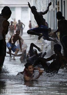 Thunderstorm in Havana, Cuba (un pueblo aparentemente feliz ) al mal tiempo buena cara......
