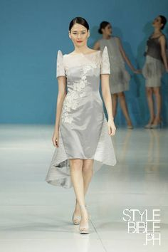 Maid of Honor dress. Filipiniana at Edgar Madamba's S/S 13 Philippine Fashion Week collection Modern Filipiniana Gown, Filipiniana Wedding, Philippines Outfit, Philippines Fashion, Barong Tagalog For Women, Cultura Filipina, Filipino Fashion, Cocktail Gowns, Gala Dresses