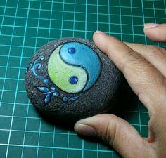 yin/yang painted stone by sydn_art Pebble Painting, Pebble Art, Stone Painting, Pebble Stone, Stone Art, River Rock Crafts, Frozen Crafts, Yin Yang Art, Natural Crafts