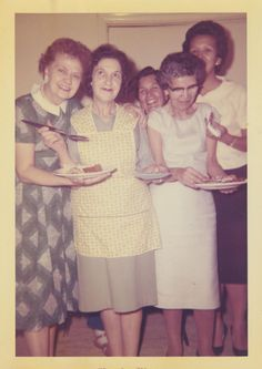 ODD GROUP OF WOMEN POSED WITH FOOD, VINTAGE 1961 COLOR  PHOTO #961