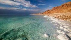 Image copyright                  Thinkstock Image caption                                      El Mar Muerto es un muy salado, pero no es mar.                                Pocos lugares en la Tierra son más famosos que el Mar Muerto. Situado en la frontera entre Jordania e Israel, sus aguas son cerca de diez veces más saladas que el agua de los océanos.  Sin embargo, es sólo es la quinta masa de agua más salada de la Tierra. Y no es re