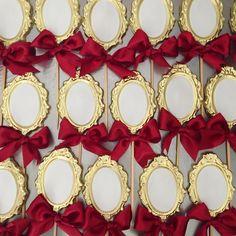 Eles são lindos! Pirulitos em chocolate em forma de espelho. Vem aí uma linda produção no tema #brancadeneve #festabrancadeneve #pirulitoespelho #brancadenevemonemuniz #monemuniz #docesbrancadeneve #pirulitobrancadeneve #campinas #cps #sp