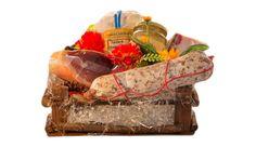 Un'idea per un regalo.  Cesta Natalizia per un gustoso pensiero a base di Prodotti Artigianali Toscani, la cesta contiene un trancetto di Lardo Rosa di Gombitelli da 0,4 Kg, un trancio di Prosciutto Semidolce da 1,2 Kg, un Salame Carne di Prosciutto da 0,5 Kg, un pacchetto di Farina di Grano tipo (0) da 1 Kg e un vasetto di Miele di Acacia da 0,5 Kg.  #regali #gifts #salumi #versilia #food #italianfood #toscana #tuscany #Christmas #Natale