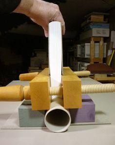 Dar una ligera curvatura al lomo para perfeccionar libros encuadernados (doble abanico) utilizando un tubo de pvc - Giving a slight round to perfect bound books (double fan) using a pvc tube