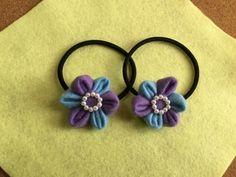 2色のフェルトを組み合わせて作ったお花のゴム。小さなパールがアクセントになり、華やかな印象に。