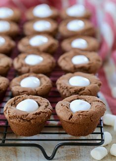 Delicious hot chocolate cookies are baked into cute little cups & filled with marshmallow creme for a fun, easy dessert recipe, perfect for the holidays! Marshmallow Creme, Marshmallow Desserts, Recipes With Marshmallows, Mini Desserts, Easy Desserts, Best Christmas Cookie Recipe, Christmas Baking, Christmas Cookies, Christmas Treats