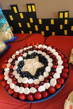 marvel party ideas fruits, candies and cream: a great DIY idea for a Avengers Birthday party. Captain America Party, Captain America Birthday, Captain America Cupcakes, 6th Birthday Parties, 4th Birthday, Birthday Ideas, Avengers Birthday Parties, Avenger Birthday Party Ideas, Super Hero Birthday
