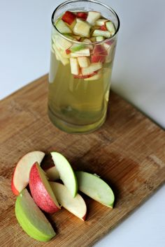Diet Challenge Apple Infused Iced Green Tea - Infuse your green tea with fresh, crisp apples for a refreshing autumn drink. Make and serve this apple green tea with just a few minutes of prep time. Green Tea Recipes, Iced Tea Recipes, Ice Green Tea Recipe, Infused Water Recipes, Fruit Infused Water, Tea Smoothies, Smoothie Drinks, Refreshing Drinks, Summer Drinks