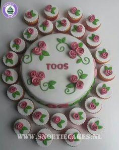 Taart met bijpassende cupcakes
