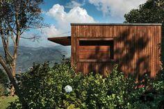 Chalé, em Gonçalves, MG. Projeto da arquiteta Carmela Vecchi. É feita de madeira e alvenaria, tem formato de container e uma obra relâmpago que durou só três meses.