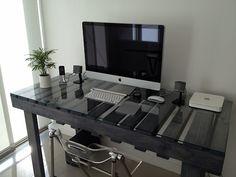 A pallet desk with a glass top Pallet Desk, Pallet Furniture, Diy Pallet, Mesa Pallet, Repurposed Furniture, Furniture Ideas, Sweet Home, Interior And Exterior, Interior Design
