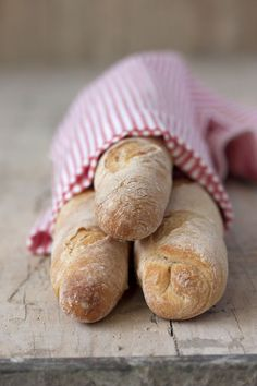 pictureperfectforyou:  (via Sweet & Sour: DEMI-BAGUETTES CON POOLISH, para Bake The World)