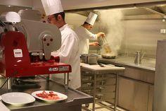 """""""We krijgen te zien hoe de vrijwel mission impossible van het verzorgen van honderdveertig verschillende maaltijden per dag voor meer dan vierduizend passagiers en twaalfhonderd medewerkers possible wordt gemaakt. De pasta is vers, het brood is vers en de pizza, die is ook helemaal vers. Wonderbaarlijk als je nagaat hoeveel gasten er tegelijkertijd bediend moeten worden. Maar ja, 'goed eten is een manier van leven' stelt MSC met Italiaanse trots en dus geldt dat ook op zee."""""""