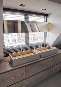 remy meijers. Origineel met spiegel en wastafels voor een raam