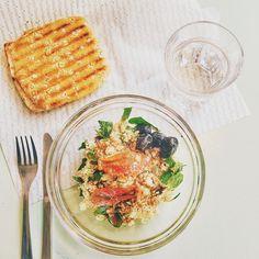 ¡Que rica! Ensalada de cuscus con berenjena, espinacas, calabacín rallado y olivas negras, sandwich de pollo asado con manzana y mayonesa por @angelazf  Che buona! Insalata di cuscus con melanzana, spinaci, zucchina grattuggiata e olive nere, sandwich di pollo alla piastra con mela e maionese di @angelazf #foodloverguide #igers #food #dulce #foodporn #sweet #fresas #fragole #domingo #barcelona #foodies