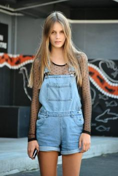 Overalls are a trend we can expect to see a lot of this year. It's a trend that's easy to wear. Here are 35 overall shorts outfit ideas to try now. Denim Overalls Outfit, Denim Dungarees, Short Overalls, Dungaree Shorts, Denim Shirt, White Overalls, Overalls Fashion, Jean Overalls, Bib Overalls