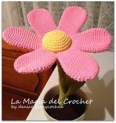 Flor Amigurumi Patrón Gratis en Español aquí: http://dghlamagiadelcrochet.blogspot.ch/2013/11/flor-patron-en-la-tecnica-amigurumi.html