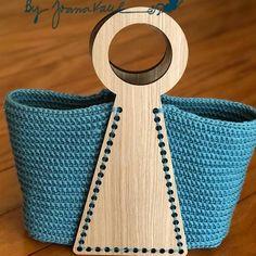 crochelinhasagulhas: Bolsa azul em crochê - Women's style: Patterns of sustainability Bag Crochet, Crochet Handbags, Crochet Purses, Wooden Bag, Ethno Style, Garment Bags, Macrame Bag, Beaded Bags, Bijoux Diy