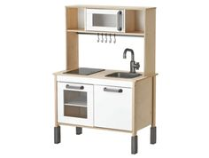 IKEA DUKTIG Play kitchen Birch 72 x 40 x 109 cm A dream come true for tiny master chefs and bakers. In this modern kitchen they can cook, just like the grown-up chefs on TV, and let the whole family taste their new creations. Ikea Kids Kitchen, Mini Kitchen, Kitchen Hacks, Ikea Childrens Kitchen, Kitchen Makeovers, Kitchen Dining, Play Kitchens, Dinette Ikea, Ikea Toys