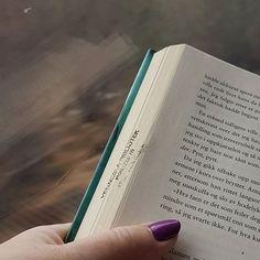 Leser Bevegelsen av John Ajcide Lindquist på toget.  Liker den virkelig godt  #nsb #bøker #lesetips #boktips #leseglede #bookstagram #books