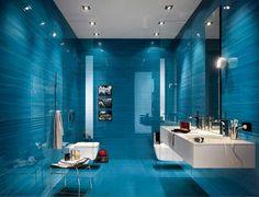 Fliesen für badezimmer mit keramikfliesen hochglanz blau dekor im moderne badezimmer mit weiße badezimmermöbel installation ideen
