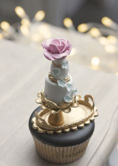 Wedding Cakes with Rare Details by Melcakes - MODwedding
