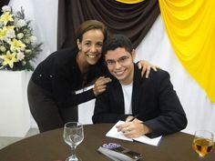 #MatheusLCarvalho assinando um exemplar de seu #livro #OValeDosLobos para sua amiga Cris Francotti.