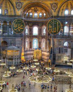 """A Mesquita Aya Sofia é um dos grandes atrativos turísticos de Istambul na Turquia. Mas antes de ser mesquita ela já foi uma basílica Católica em honra de Santa Sofia. Você sabia? Pra se ter uma ideia do tamanho desse lugar basta observar os """"seres humaninhos"""" da foto!  Gostaríamos de ver um 2017 com mais tolerância e respeito entre as religiões. Muito triste ver esses atentados terroristas pipocando em varios cantos do mundo.   #istambul #Reina #turquia #turkey #ayasofia #santasofia…"""