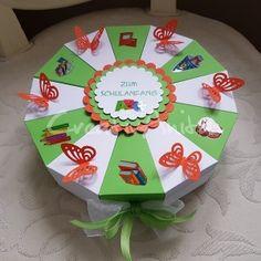 Schachteltorte als Geschenk zum 1. Schultag - befüllbar mit Süßigkeiten, Geld uvm. Decorative Plates, Home Decor, Paper Mill, First Day Of School, Back To School, Invitation Cards, Invitations, Money, Decoration Home