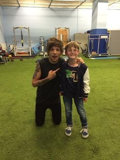 "Lou's mom tweeted this: ""Isaac particularly enjoyed the show & meeting up with his friend Louis. How gorgeous is he? Xx pic.twitter.com/uUtRdQmIrm"""