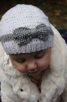 Knitting idea (no pattern) Hand Knit Baby Hat with Bow, White and Grey Merino Wool beanie. Good idea for knit bows! Baby Hats Knitting, Knitting For Kids, Loom Knitting, Knitting Projects, Knitted Hats, Knitting Patterns, Crochet Patterns, Knit Or Crochet, Crochet Hats