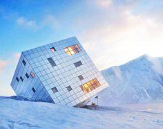 Sembra un fotomontaggio ma non lo è affatto, si tratta di un rifugio di montagna che accoglie sciatori e scalatori, dal design più che moderno:un vero e proprio cubo ricoperto di pannelli solari che però ha la base poggiata su un fianco.