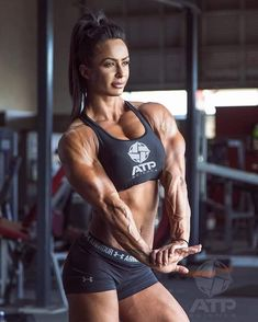 Physique art because women who train and sthenolagnia ROCK. FBB Booster Since 1982 Sport, Mr T, Modelos Fitness, Muscle Building Workouts, Triceps Workout, Muscular Women, Fitness Photography, Keto, Muscle Girls