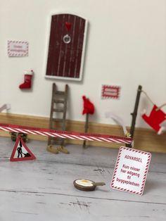 Nissedør I Nissen er flyttet ind og han bygger om (skabeloner kan downloades)Nanna Pretzmann Elf On The Shelf, Annie, Advent Calendar, Tiny House, Finance, Christmas, Kids, Christmas Decor, Xmas