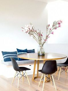 An LA Cliffhanger: Go High or Stay Low? Blue and white vintage hemp cushions and black Eames Molded Plastic Side Chairs with a Wood Dowel Base The post An LA Cliffhanger: Go High or Stay Low? appeared first on Lori& Decoration Lab. Dining Nook, Dining Room Design, Round Dining Table Modern, Round Tables, Small Dining Tables, Kitchen Tables, Dinning Table, Circular Dining Table, Kitchen Seating