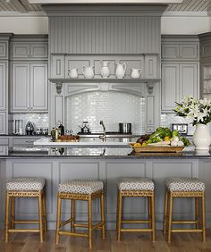 Home Remodeling Kitchen Design: In a Florida house decorated by Marshall Watson, kitchen cabinets were given an update and a link to the rest of the rooms with Chelsea Gray paint in Aura by Benjamin Moore. Best Kitchen Colors, Kitchen Paint Colors, Popular Kitchen Colors, Popular Paint Colors, Paint Colours, Küchen Design, Home Design, Design Ideas, Modern Design