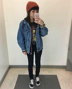 Camiseta con estampado Grunge. Chaqueta vaquera ancha. Jeans negros. Vans negros. Gorro rojo. (INVIERNO)