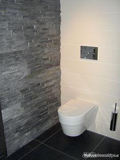 Natuursteenstrips zwarte lei toegepast in een modern luxe toiletruimte. Toilet Wall, New Toilet, Modern Bathtub, Modern Toilet, New Bathroom Designs, Modern Bathroom Design, Wall Cladding Interior, Standing Bath, Bathroom Installation