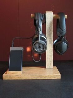 DIY Headphone Stand - Build a cool headphone hanger to get your over-the-ear headphones off your desk and keep them safe when you're not using them. Well we have some DIY Headphone Stand Ideas for you. Desk Phone Holder, Iphone Holder, Iphone Stand, Iphone Phone, Diy Headphone Stand, Headphone Storage, Headphone Holder, Headset Holder, Headphone Splitter