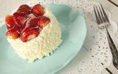 Çilekli kolay pasta için bir anlamda imam sarığı olarak bilinen porsiyonluk pastanın çileklisi diyebiliriz. Mis gibi çilekli kolay pastalar çayı hak ediyor.