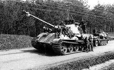 1945, Hongrie, Le Panzerkampfwagen VI Tiger II (Königstiger) #231 du schwere Panzer-Abteilung 509 Il s'agit de l'un des rares chars allemands à avoir pu rejoindre la frontière avec le Reich après la chute de la Hongrie, avril.