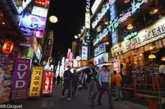 I love the streets of Seoul at night.