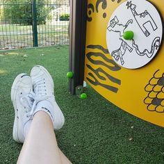 Esta mañana llevé un rato a las niñas al parque y ellas querían jugar conmigo pero yo lo que quería era estar tirada en el suelo  (o en la banca al final es lo mismo). Estas semanas no estoy en mis mejores momentos y aunque en general me mantengo de súper buen humor y la depresión más nunca se me acercó siento el #cansancio y la fatiga en mi cuerpo. Estoy agotada física y emocionalmente y no es de ocultar.  Pero lo bueno de todo esto es que me permite sentir lo mismo que sienten las personas…