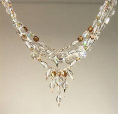 Tuca Stangarlin. XAL010-4 (Orvalho matinal). Conjunto composto por dois colares folheados a prata, diferentes entre si e medindo aproximadamente 100 cm, cada. Acabamento em pingente. Murano e cristal tcheco.