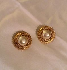 New Light Weight Daily Wear Gold Earrings Designs - Kurti Blouse Gold Ring Designs, Gold Earrings Designs, Gold Jewellery Design, Gold Jewelry, India Jewelry, Diamond Jewellery, Gold Jhumka Earrings, Pearl Earrings, Gold Pendent