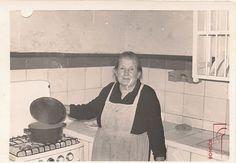 Dolores Domínguez Sánchez en la cocina de la Casa-Museo del Castillo. Circa 1970/1975. Colección Bonsor. Col. Fot. Carmona Domínguez. Donación 2010. Casa-Museo Bonsor. Castillo de Mairena. Mairena del Alcor, Sevilla.