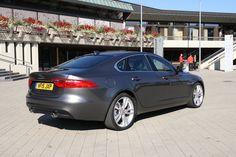 Jaguar #XF grau hinten *Verbrauchs- und Emissionswerte F-TYPE, XE, XF, XJ, XK, inklusive R-Modelle: Kraftstoffverbrauch im kombinierten Testzyklus (NEFZ): 12,3 – 3,8 l/100km. CO2-Emissionen im kombinierten Testzyklus: 297 – 99 g/km.