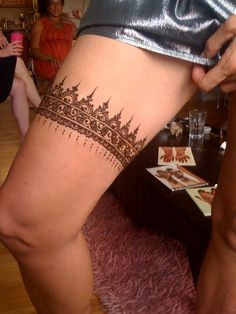 A henna garter for the bride.her idea and I love it! Piercing Tattoo, I Tattoo, Piercings, Chic Bridal Showers, Cruise Wedding, Gorgeous Tattoos, Body Adornment, Henna Mehndi, Body Mods